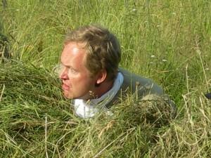 Peter tittar fram bakom hässjan.