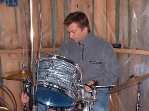 Tommy bakom sina trummor,