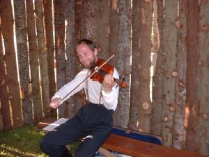 Jörgen spelar fiol