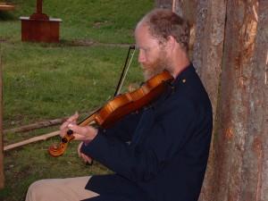 Sören spelar fiol.