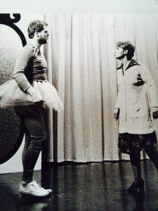 Hans dansar balett, vilket inte uppskattas av Rosian